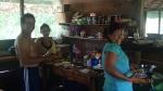 Pampas - l'équipe qui prenait soin de nous: notre guide, notre cook et carmen de nos habitations et que nous manquons de rien (c'est elle qui a péché les 2 piranhas)