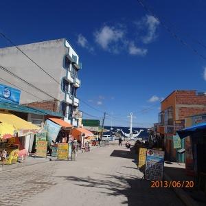 Copacabana - la principale rue vers le lac Titicaca avec une petite partie des commerces
