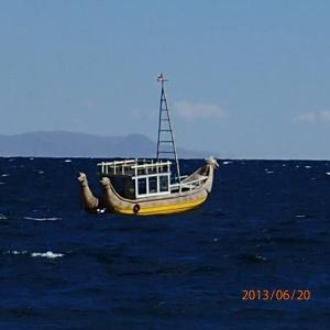 Copacabana - Un type d'embarcation particulier semblable à un catamaran amarré.