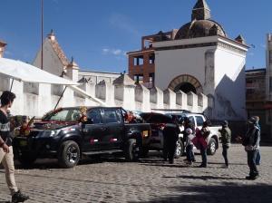 Copacabana - le baptême des voitures par le prêtre, 2 fois par jour dont le chauffeur accompagné de sa famille allume ensuite des pétards et arrose le moteur avec de la bière