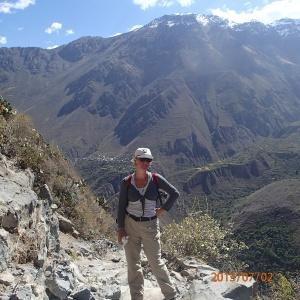 Arequipa - Tour au Cañon del Rio Colca: bon c'est mieux quand on est sur la photo que juste le paysage, non? Notez que c'est quand même remarquable comme endroit avec ces montagnes majestueuses...en arièere on voit le petit village où je crois qu'on a été diner