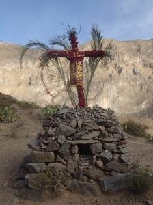 Arequipa - Tour au Cañon del Rio Colca: Traditionnellement une croix est montée à tous les ans par un des habitants qui s'est porté volontaire lors de la fête précédente (...boisson aidant) et s'occupe de toute l'organisation: boissons et bouffes et se fête à tous les solstices d'hiver