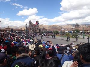 Cusco - un aperçu de l'église et aussi des montagnes haut loin