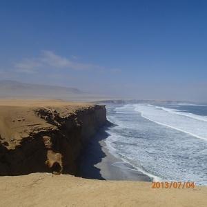 Paracas - Dans la réserve avec en arrière plan une partie de ses dunes de sables...c'est même là que débute le fameux rallye du Dakar