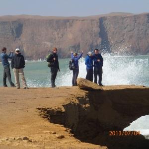 Paracas - Réserve...il demande aux gens de se tenir à 6m du bord car à tout moment ce bord mangé par la mer pourrait s'écroulée!...du dessus on ne s'imagine pas du danger...