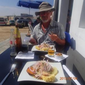 """Paracas - Une bonne """"ceviche"""" aux fruits de mer et poissons...miam miam. Notre 1ère enfin!"""