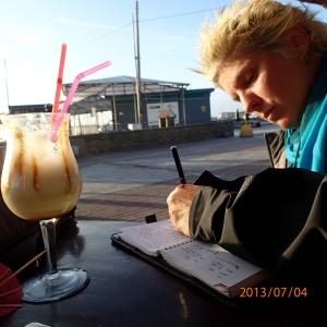 Paracas - On en profites pour s'arrêter un peu et se prendre un bon Piña Colada sur le bord de l'océan et pourquoi pas écrire un peu le journal de voyage, en attendant le coucher de soleil