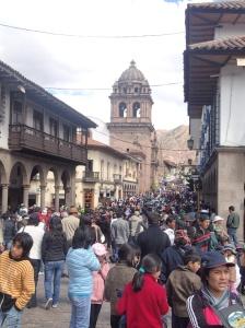 CUSTCO - La foule se déplace après la fête