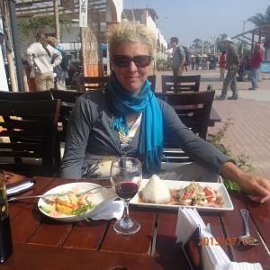 Paracas - et ma 2e assiette une salade de calamar...la madame ne se plaint pas: on est sur le bord de l'océan, il fait beau et quand même chaud, pis la bouffe et le vin est xcellent et en plus les assiettes sont belles et colorés! J'ai tu dit aussi qu'elle est avec son aventurier adoré! Que vouloir de plus:...une très belle avant dernière journée de vacances!
