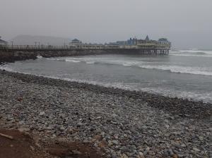 Lima - le resto Rosa Nautica...faut toujours bien qu'on aille voir si on peut se le permettre! C'est pas tous les jours qu'on pourra se permettre de manger au milieu d'une mer agitée entouré de surfeurs...Youpi Denis est finalement d'accord pour aller voir (c'est déjà un pas...)