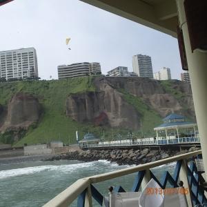 Lima - un aperçu de ville vue d'en bas...belle urbanisme (naturelle) quand tu y pense car les gigantesques condos n'occupent pas le bord de mer et donne ainsi la chance à tous d'en profiter!