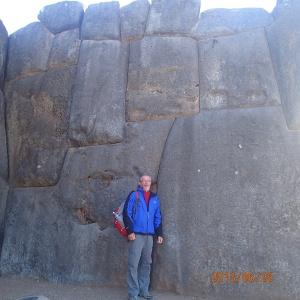 Cusco - Tour de ville: Ruina de SacsayHuamãn...je vous ai parlé du travail majestueux sur le taillage de pierre pour qu'elle s'emboîtent parfaitement...en voici un aperçu!