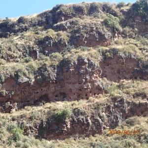 Cusco - Tour vers la Vallée Sacrée: Ruina de Pisac : les niches dans lesquelles auraient été mis les xx momies sacrifiées