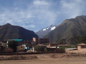 Cusco - A Urabamba...on voit la chaine de montagne de la Cordillère Blanche! Pourquoi blanche???