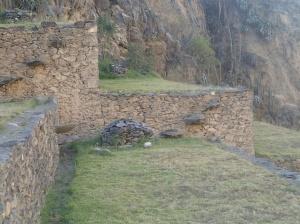 Cusco - Tour vers la Vallée Sacrée: la forteresse à Ollantaytambo: les pierres en montées sont les vrais escaliers du temps des Incas