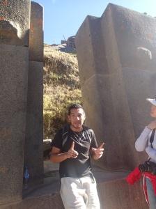 Cusco - Tour vers la Vallée Sacrée, la forteresse à Ollantaytambo: notre guide Danny, un vrai passionné! Ha c'est sur lui qu'n a vue le fameux médaillon Del Sol de Cusco qu'on a chercher dans au moins 40-50 boutiques...