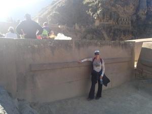 Cusco - Tour vers la Vallée Sacrée: la forteresse à Ollantaytambo: c'est une pierre taillée de plus de 100 tonnes...remqué la clé de voûte tout au long et croyez le ou non cette pierre devait être relevé pour être ajouté à 6 autres déjàa en place.....ceci veux dire qu'il la couchait la relevait, la recouchait et la relevait, etc, pour s'assurer qu'elle soit parfaitement ajustée aux autres!!!! Comment il s'y prenait ??? Pis la carrièrre n'est même pas sur place...ces roches ont été amené d'une autre montagne situé à côté !