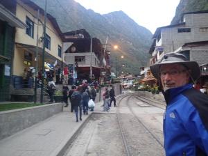 Cusco - La ville d'Agua Callientes traversée par le chemin de fer