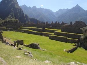 Cusco - Machu Picchu: a cet endroit exacte au centre du terrain avait un énorme rocher qui n'existe plus puisqu'une reine avait voulu visiter le site mais ne voulait pas le marcher et a fait déplacer ce rocher par hélicoptère pour que l'hélicoptère puisse se poser et en le manipulant le rocher s'est briser depuis ce temps seul les accès à pieds aux sites seront tolérés peu importe qui veut l'accéder...il faut parier qu'avec le temps ce site sera de plus en plus protégé et ne pourra être visiter qu'avec des guides!