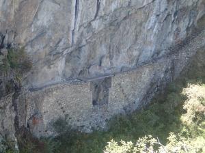 Cusco - Matchu Picchu: Une des 2 seules entrées existantes: le pont des Incas (maintenant fermé) et l'autre est la porte du soleil accessible par le trek des Incas. C'est fabuleux ce qu'il pouvait faire avec des pierres! L'entrée actuelle n'a été faite que pour les touristes...(la monté à pieds ou par bus)