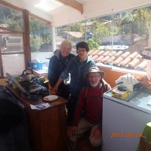 """Cusco - Une photo avec notre charmante hôtesse Carmina du B&B """"Casa Mama 1""""...c'est l'endroit où les déjeuners sont servis...vitré sur les 4 murs et ensoleillé! Une chance car ce n'est pas chaud à Cusco la nuit... (Il fait 0 celcius environ)"""