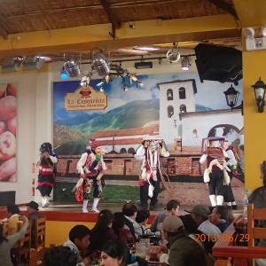 Cusco - A ce restaurant traditionnel on avait droit a des superbes spectacles dansants...