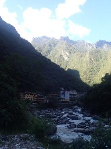Cusco - Machu Picchu: la vile Agua Calientes longé par la rivière. C'est au retour qu'on a faillit manqué notre train passant qu'il n'était pas arrivé alors qu'il partait d'un point différent...