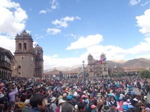 Cusco - tout juste après la fin de la cérémonie sur la Plaza (elle se dirige ensuite vers les ruines de Sacsayhuman). À gauche la cathédrale de Cusco et à droite l'église