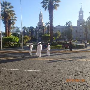Arequipa - montée du drapeau à la Plaza d'Armas