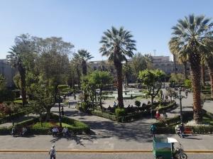 Arequipa - la plaza vue du resto...(ça ressemble au parc de la ville de Sucre en Bolivie)