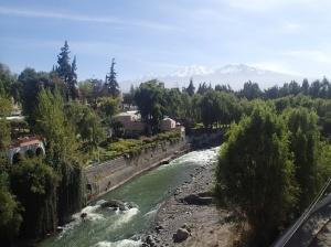 Arequipa - la rivière avec vue sur le volcan ??? (ce n'est pas le Misti)