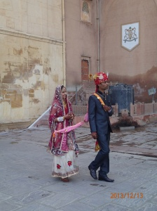 Ils viennent de se marier et ne se connaîssent pas!